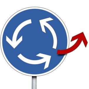 Das Bild zeigt einen Kreisverkehr, aus dem ein Pfeil austritt - als Symbol für Flexibilität